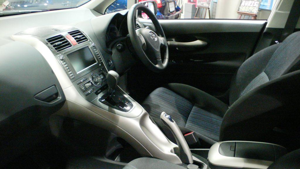 Toyota auris vs yaris hatchback comparison for Interior toyota auris 2018