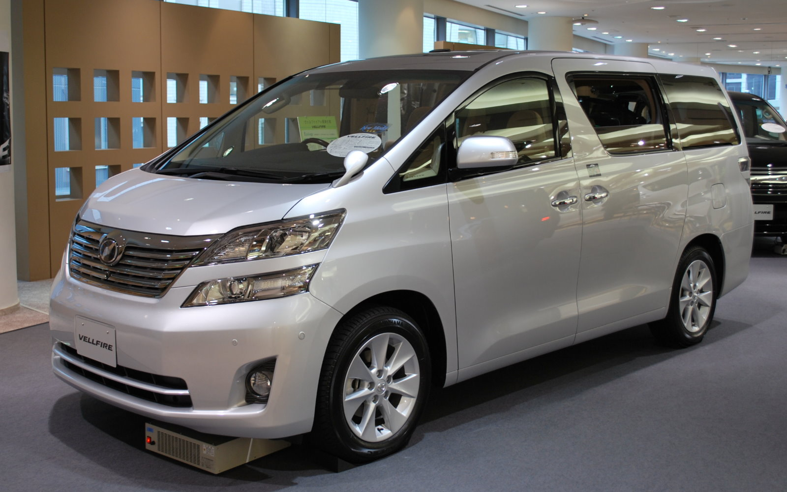 Toyota Alphard vs  Vellfire: An MPV Showdown! | JapanCarReviews com